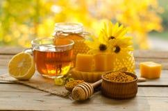 Todavía vida de la taza de té, limón, miel, cera Fotos de archivo libres de regalías