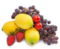 Todavía vida de la uva, limones, peras, fresa. Aún-vida en un fondo blanco Fotos de archivo