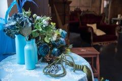 Todavía vida de las botellas artificiales del flor y de cristal Imagen de archivo