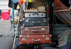 Todavía vida de las maletas del vintage, ajedrez, libros Foto de archivo libre de regalías