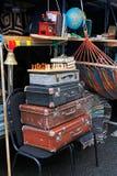 Todavía vida de las maletas del vintage, ajedrez, libros en el ` brillante de la gente del ` del festival en el día de la ciudad  Imagen de archivo