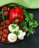 Todavía vida de las verduras frescas (tomates, setas, pimientas, pepinos) Imagenes de archivo