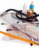 Todavía vida de los artículos médicos a tratar Fotografía de archivo libre de regalías