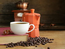 Todavía vida de los granos de café y del fabricante de café, taza de café express Fotos de archivo