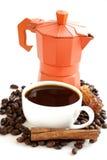 Todavía vida de los granos de café y del fabricante de café, taza de café express Fotografía de archivo