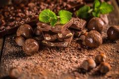 Todavía vida de los pedazos del chocolate Fotos de archivo