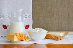 Todavía vida de los productos lácteos en el fondo de la toalla con el embroid Imagenes de archivo