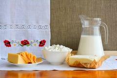 Todavía vida de los productos lácteos en el fondo de la toalla con el embroid Fotos de archivo