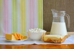 Todavía vida de los productos lácteos Requesón casero, leche en jarro, Imagen de archivo libre de regalías