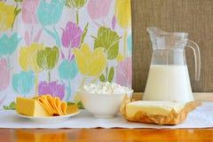 Todavía vida de los productos lácteos Requesón casero, leche en jarro, Fotos de archivo