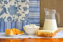 Todavía vida de los productos lácteos Requesón casero, leche en jarro, Fotografía de archivo