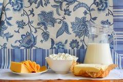 Todavía vida de los productos lácteos Requesón casero, leche en jarro, Foto de archivo