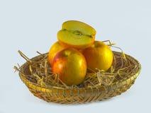 Todavía vida de manzanas en la cesta aislada en el fondo blanco, aún vida de manzanas en la cesta aislada en el fondo blanco Imagenes de archivo