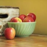Todavía vida de manzanas en tazón de fuente Imágenes de archivo libres de regalías