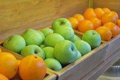Todavía vida de naranjas y de manzanas en una bandeja imagenes de archivo