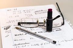 Todavía vida de notas, de vidrios, de la pluma y del lápiz labial Fotografía de archivo libre de regalías