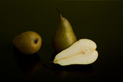 Todavía vida de peras en fondo oscuro Foto de archivo libre de regalías