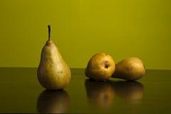 Todavía vida de peras en fondo verde Imagen de archivo libre de regalías
