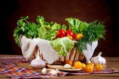 Todavía vida de tomates, del ajo y del perejil frescos en los tableros de madera Fotografía de archivo libre de regalías