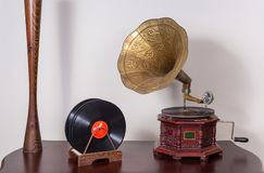 Todavía vida de un fonógrafo del siglo XIX y de discos de vinilo fotografía de archivo libre de regalías