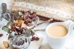 Todavía vida de un libro y de una taza de café Imagen de archivo libre de regalías