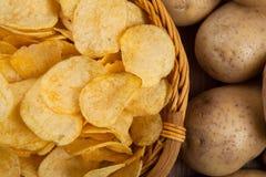 Todavía vida de una cesta con las patatas fritas Foto de archivo