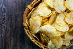 Todavía vida de una cesta con las patatas fritas Fotos de archivo