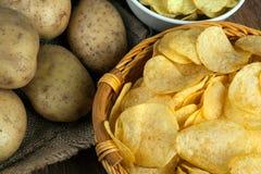 Todavía vida de una cesta con las patatas fritas Foto de archivo libre de regalías