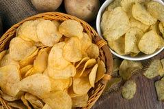 Todavía vida de una cesta con las patatas fritas Fotografía de archivo libre de regalías