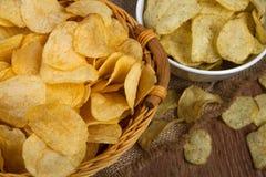 Todavía vida de una cesta con las patatas fritas Imagen de archivo