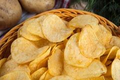 Todavía vida de una cesta con las patatas fritas Fotografía de archivo