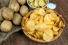 Todavía vida de una cesta con las patatas fritas Imagenes de archivo