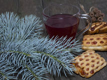 Todavía vida de una rama, de las galletas y del té del abeto Imágenes de archivo libres de regalías