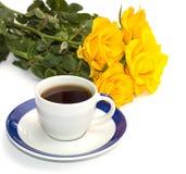 Todavía vida de una taza de café y de rosas amarillas Imagenes de archivo