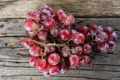 Todavía vida de uvas orgánicas frescas en de madera Fotografía de archivo libre de regalías