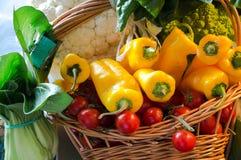 Todavía vida de verduras frescas y de especias en las esteras de la paja Fotografía de archivo libre de regalías