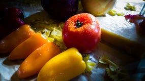 Todavía vida de verduras y del queso imagenes de archivo