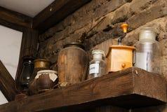 Todavía vida del accesorios interiores viejos, la amoladora y vidrio Fotos de archivo