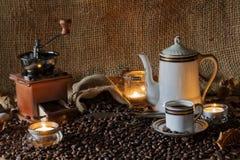 Todavía vida del café encendida con las velas Fotografía de archivo libre de regalías