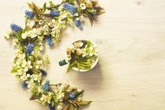 Todavía vida del café y de las flores fotografía de archivo libre de regalías