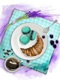 Todavía vida del desayuno con el cruasán, los macarrones, el café y la lavanda Fotografía de archivo