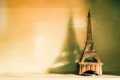Todavía vida del modelo en un dejar de lado, filterd de Eiffel del vintage fotos de archivo libres de regalías