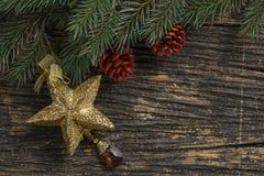 Todavía vida del ornamento de la Navidad y de la rama de árbol en el tablero de madera Fotos de archivo libres de regalías