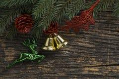 Todavía vida del ornamento de la Navidad y de la rama de árbol en el tablero de madera Imágenes de archivo libres de regalías