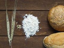 Todavía vida del pan, harina, espigas de trigo en la tabla de madera vieja Imagen de archivo