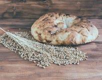 Todavía vida del pan Pita cocido, de los oídos del trigo y de los granos dispersados Fotos de archivo