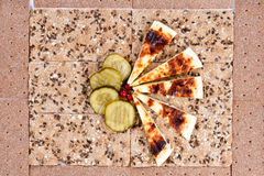 Todavía vida del pan, rebanadas de salmueras y queso. Imagen de archivo