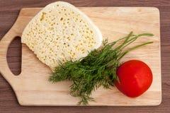 Todavía vida del queso, del tomate y de verdes Fotos de archivo libres de regalías
