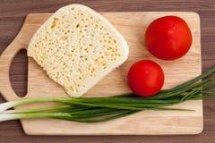 Todavía vida del queso, del tomate y de verdes Fotos de archivo