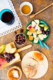 Todavía vida del queso, fruta, vino en una superficie de mármol natural Foto de archivo
